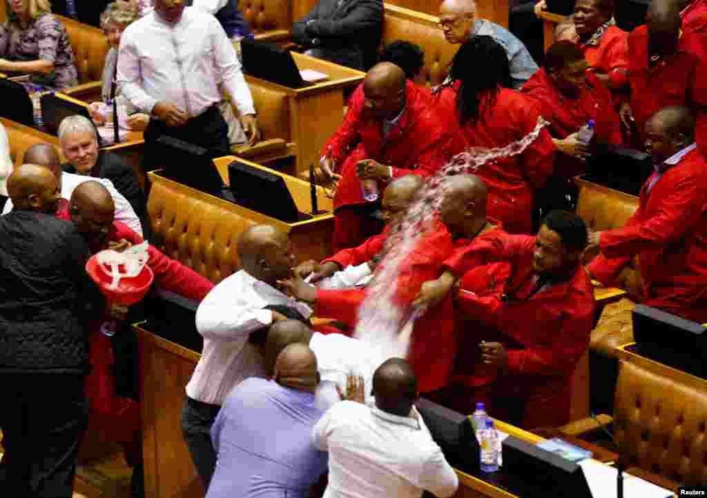 جنوبی افریقہ: کیپ ٹاون کی پارلیمنٹ میں پارٹی لیڈر جولیس مالیما اور ان کے ایکونامک فریڈم فائٹرز پارلیمنٹری سیکورٹی سے الجھ پڑے ہیں