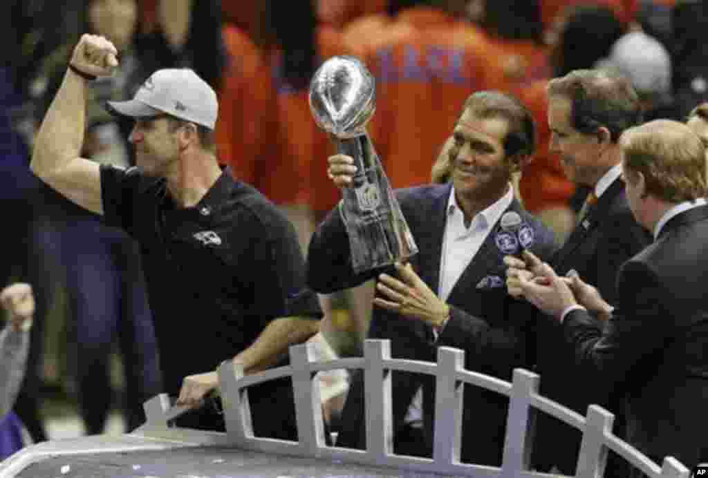 Pemilik klub Baltimore Ravens Stephen J. Bisciotti (kanan) memegang Piala Vince Lombardi didampingi pelatih John Harbaugh setelah kemenangan tim tersebut dalam pertandingan final sepakbola NFL Super Bowl XLVII melawan San Francisco 49ers, Minggu (3/2) di New Orleans. (AP/Gerald Herbert)