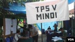 Suasana di TPS Mindi Kecamatan Porong, yang terletak di samping tanggul penampungan lumpur Lapindo, 9 Juli 2014 (Foto:VOA/Petrus)