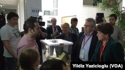 AGİT Heyeti Başkanı Ignacio Sanchez Amor (İspanya) ve Gözlemci Misyonu Özel Koordinatörü Vilija Aleknaite-Abramikiene (Litvanya) Ankara Üniversitesi Siyasal Bilgiler Fakültesi'nde sandık görevlileri, seçmenler ve gönüllü müşahitlerle konuştu.