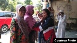 Dwi Wulandari (ketiga dari kiri), buruh migran Indonesia, Minggu siang (19/5) tiba di kampung halamannya di Blitar, Jawa Timur, setelah dibebaskan oleh pihak berwenang Filipina. (Courtesy: Migrant Care)