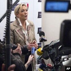 """Fransiyaning """"Milliy Front"""" millatchi o'ng partiyasi yetakchisi Marina Le Pen jurnalistlar qurshovida."""