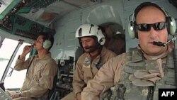 Thiếu tá Micah West của Lực lượng Không quân Hoa Kỳ giúp huấn luyện phi công Afghanistan tại tỉnh Kandahar.
