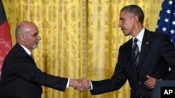 Tổng thống Afghanistan Ashraf Ghani và tổng thống Obama bắt tay sau buổi họp báo ở Tòa Bạch Ốc, Washington, 24/3/2015.