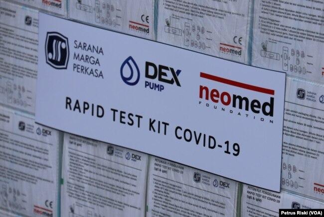 Rapid Test Kit untuk corona yang didistribusikan di Surabaya (Foto: VOA/ Petrus Riski).