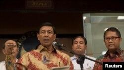 Menteri Koordinator Bidang Politik, Hukum dan Keamanan, Wiranto saat berbicara kepada media di Jakarta, 12 Juli 2017. (Foto: Antara via Reuters)