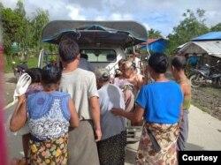 တိုက္ပြဲျဖစ္ပြါးရာ ခ်ိန္ခါလီေက်းရြာမွ ပိတ္မိသူ သက္ၾကီးရြယ္အိုမ်ားကို ကယ္ထုတ္တဲ့ ျမင္ကြင္း။ (ဓါတ္ပုံ -MP Oung Thaung Shwe)