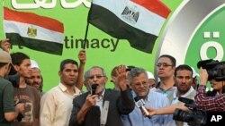 El líder espiritual de la Hermandad Musulmana, Mohamed Badie, habla a los seguidores del depuesto presidente Mohamed Morsi, el 5 de julio.