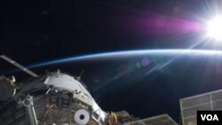 El sol ilumina la Estación Espacial Internacional. La foto fue tomada desde la terminal rusa por el equipo abordo del Atlantis.