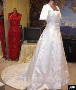Một số cô dâu vẫn chọn đến đặt may áo hơn là mua sẵn