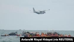 Sebuah pesawat TNI Angkatan Darat CN-235 terlihat dalam operasi pencarian dan penyelamatan penerbangan Sriwijaya Air SJ 182, di laut lepas pantai Jakarta, 14 Januari 2021. (Foto: Antara/M Risyal Hidayat via REUTERS)