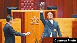 社福界立法会议员邵家臻手持占中道具铃鼓宣誓(苹果日报图片)