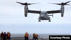 美軍MV-22B魚鷹式運輸機在2013年6月的奪島聯合軍演中降落在日本驅逐艦上。(美國軍方圖片)