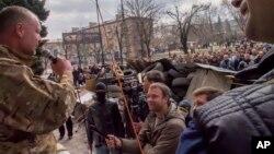 Para aktivis pro Rusia memasang barikade dan menduduki gedung-gedung pemerintah di Luhansk, Ukraina timur (9/4).