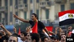 Warga Mesir melakukan protes di Lapangan Tahrir, Kairo menuntut transisi yang jelas ke pemerintahan sipil (foto: dok).
