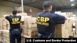 美國海關與邊境保護局在紐約/紐瓦克港扣押了一批中國新疆被懷疑用人髮製作的進口產品(2020年7月1日)。