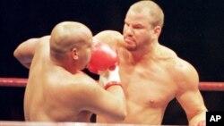 Tommy Morrison conecta una derecha a Marcus Rhode en una pelea en Tokio, en 1996. Morrison murió a la edad de 44 años.