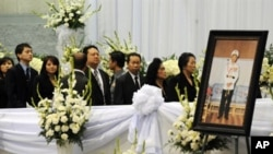 Members of the Hmong community wait in line to view the open casket of Hmong war hero General Vang Pao on the second day of his five day funeral in California, February 5, 2010.