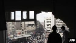Dva Sirijca u zgradi u Dumi, razorenoj tenkovskom vatrom