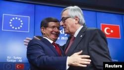 Turkiya Bosh vaziri Ahmet Dovuto'g'li (chapda) Yevropa Komissiyasi Prezidenti Jan Klod Yunker bilan, Bryussel, 29-noyabr, 2015-yil.