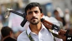 ກະບົດຊີໄອ ຄົນໜຶ່ງ ທີ່ເອີ້ນວ່າ Houthi ພວມໄປເຂົ້າຮ່ວມ ການເຕົ້າໂຮມຊຸມນຸມ ເພື່ອເປັນຂີດໝາຍ ວັນ Al-Quds (Jerusalem), ໃນນະຄອນຫຼວງ Sana'a ປະເທດ ເຢເມັນ, ວັນທີ 10 ກໍລະກົດ 2015.