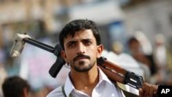 Seorang pemberontak Houthi menghadiri reli untuk memperingati hari Al-Quds (Jerusalem), di Sana'a, Yaman,10 Juli 2015.