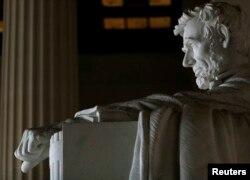 Пам'ятник колишньому президенту США Аврааму Лінкольну в Вашингтоні