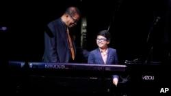 Pemain piano cilik asal Indonesia, Joey Alexander, bersama pemain jazz kawakan AS, Herbie Hancock dalam acara di Apollo Theater, New York, 20 Oktober 2014.