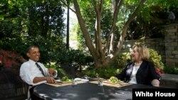 Barack Obama y Hillary Clinton tuvieron un almuerzo privado en la Casa Blanca. Este martes la ex secretaria de Estado desayuna con el vicepresidente Joe Biden.