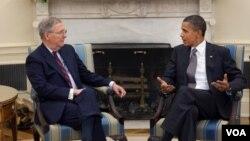 El líder de la minoría en el senado, Mitch McConnell, reunido con el presidente Barack Obama, en agosto 2010 en la Sala Oval de la Casa Blanca.