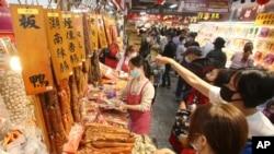 Warga mengenakan masker saat berbelanja di pasar di Taipei, menjelang Tahun Baru Imlek, tengah pandemi COVID-19, 10 Februari 2021. (AP Photo/Chiang Ying-ying)