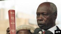 Président Daniel arap Moi azali kolapa ndayi na Biblia na maboko na Nairobi, Kenya, 5 janvier 1998.