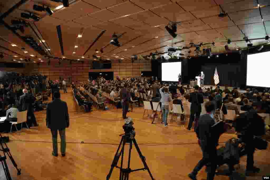 مقامات، هیئت های مذاکره کننده و خبرنگاران رسانه های جهان در مرکز رسانه ای شهر وین پایتخت اتریش