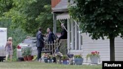 Des policiers fouillent la maison de James Hodgkinson, identifié comme l'auteur de la fusillade contre le député républicain sur un terrain de baseball à Belleville, Illinois, 14 juin 2017.