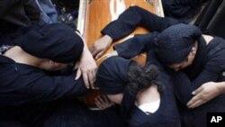 Οι χριστιανοί της Αιγύπτου θρηνούν τους νεκρούς των συμπλοκών της Κυριακής