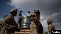 Des soldats de l'armée américaine, le long de la frontière américano-mexicaine à Hidalgo, au Texas, aux États-Unis, le 8 novembre 2018. Photo prise le 8 novembre 2018. REUTERS / Adrees Latif