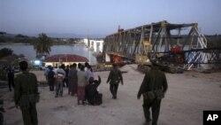 အင္အားျပင္း ငလ်င္ဒဏ္ေၾကာင့္ ၿပိဳက်ပ်က္စီးခဲ့တဲ့ ေရႊဘိုၿမိဳ႕က တည္ေဆာက္ဆဲ ဧရာ၀တီ ျမစ္ကူးတံတားတခု။ (ႏို၀င္ဘာလ ၁၁၊ ၂၀၁၂)။