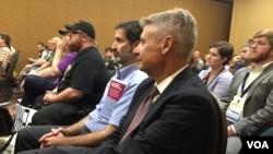 美国自由党推出的总统候选人加里·约翰逊(左)和自由党全国代表大会的一位代表交谈(2016年5月27日)