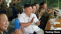 북한 김정은 국방위원회 제1위원장이 인천아시안게임에 참가할 남자축구 대표팀의 '검열경기'를 관람했다고 조선중앙통신이 지난달 20일 보도했다.