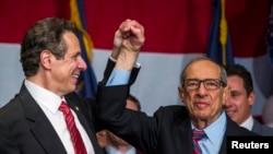 2014年11月4日,纽约前州长科莫(右)参加儿子安德鲁•科莫竞选连任州长活动。