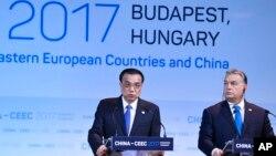 Premijer Kine Li Kećijang na šestom samitu Kine i zemalja centralne i istočne Evrope u Budimpešti sa premijerom Mađarske Viktorom Orbanom, 27. novembar 2017.