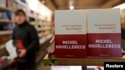 Tiểu thuyết mới nhất của Hoellebecq 'Soumission', tiếng Anh là 'Submission' trong một hiệu sách ở Paris.