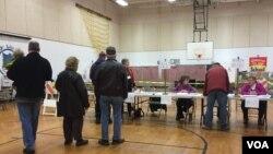 Cử tri đi bỏ phiếu tại địa hạt 7 tại Nashua, New Hampshire. (Sasha Gong/VOA)