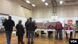 Early voting at Ward 7 in Nashua, New Hampshire. (Sasha Gong/VOA)