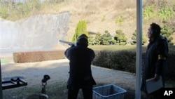 Penggemar olahraga menembak di Jepang berlatih di kaki Gunung Fuji, sebelah barat Tokyo. (AP/Eric Talmadge)