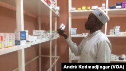 Dr. Haroun Badawi, président de l'ordre des pharmaciens du Tchad dans une pharmacie à N'Djamena, 13 septembre 2018. (VOA/André Kodmadjingar)