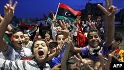 Trẻ em Libya vui mừng tại quận Souk el-Juma, thuộc Tripoli, Libya, ngày 21 tháng 10, 2011