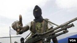 Seorang militan menggunakan penutup wajah hitam dan mengusung senapan Kalashnikov, berpatroli di kawasan Delta Niger (foto: dok).