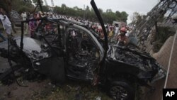 Pakistanski funkcioneri i spasilačke ekipe na poprištu današnjeg napada automobilom-bombom u Pešavaru