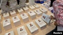 在厦门金砖国家峰会举行场所陈列和免费供应的《习近平谈治国理政》的各种外文版。(2017年9月2日)